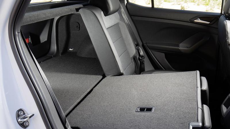 Weniger elegant gelöst: Beim Vorschieben der Rückbank ergibt sich eine Spalte zwischen Ladeboden und Sitzlehne, die nicht nur unschön aussieht, sondern auch kleineres Transportgut verschluckt.