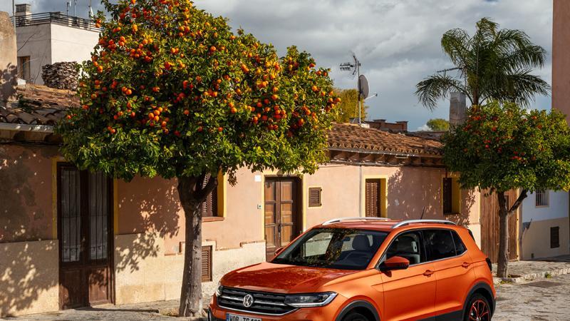 Der 85 kW (115 PS) leistende TSI-Benziner ist die stärkere Ausbaustufe des für den T-Cross angebotenen Einliter-Dreizylinders. Das typische Dreizylinder-Schnattern verkneift er sich weitestgehend, auch im höheren Geschwindigkeitsbereich bleibt er akustisch unauffällig.