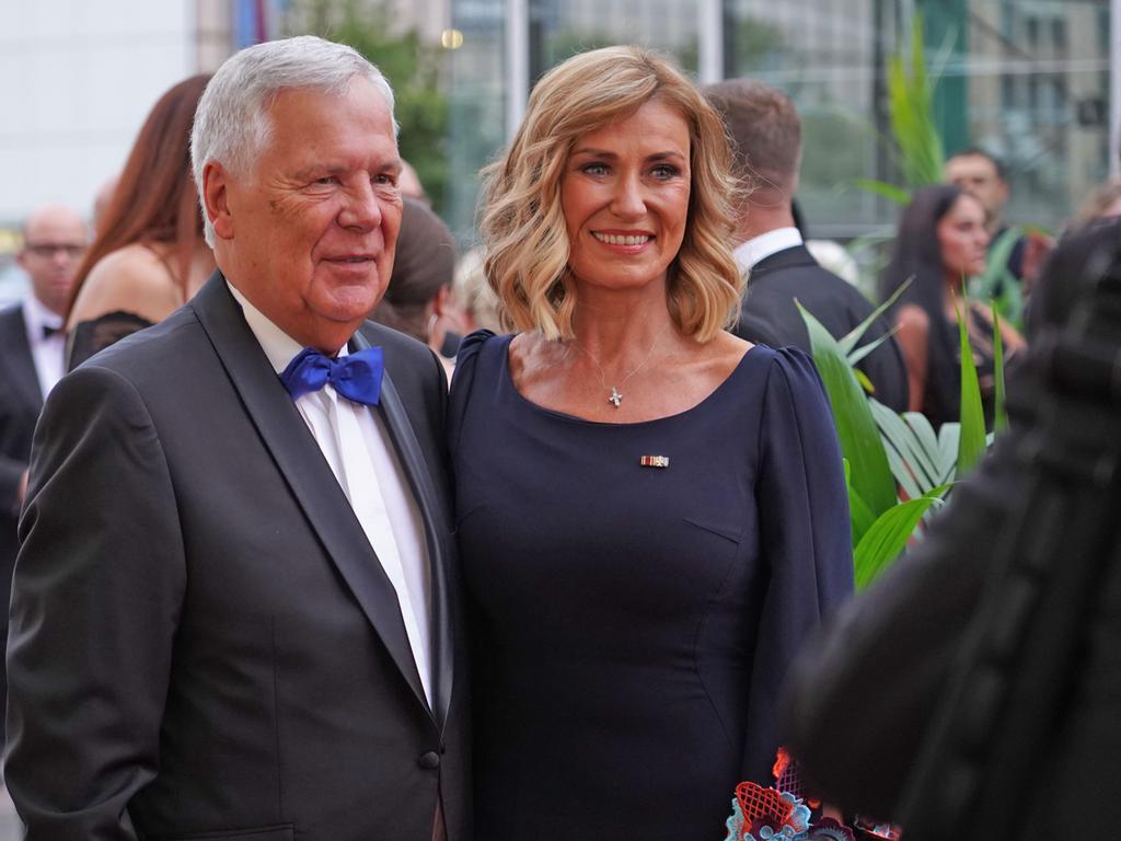 Dagmar Wöhrl hat auch ihren Stylisten zum Opernball mitgebracht, der den neuen Look kreiert hat, sagt sie Flo Kerschner.