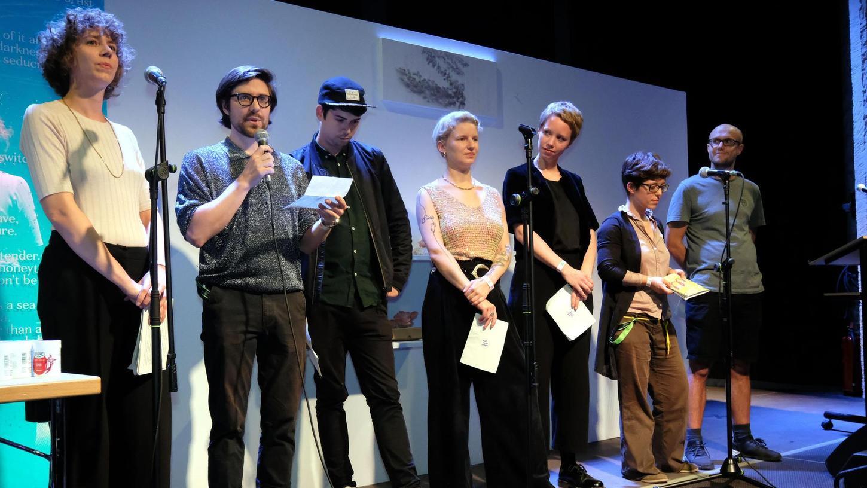 Die wortreichen Sieben: Lara Sielmann, Tillmann Severin, Tristan Marquardt, Chris Möller, Clara Kopfermann, Ayna Steigerwald und Frederik Skorzinski (von links) haben das Unabhängige-Lesereihen-Festival (Ulf) organisiert.