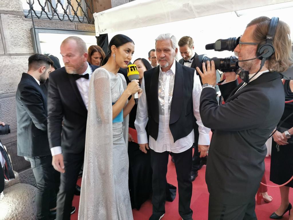 Der Sänger will eventuell auch das Tanzbein schwingen, verrät Johnny Logan im Interview mit Rebecca Mir.