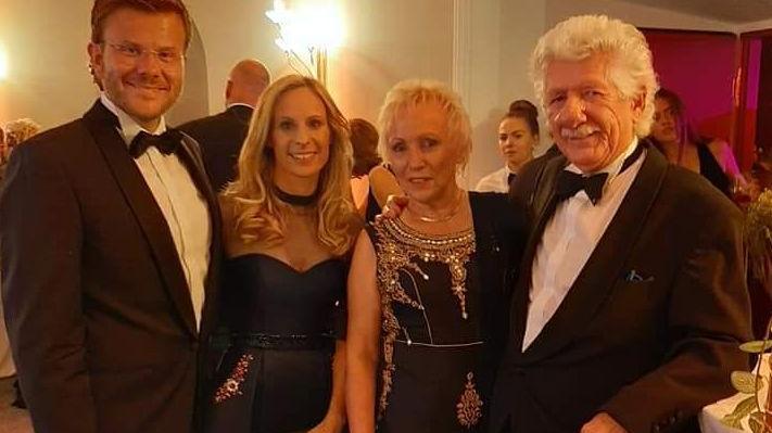 CSU-OB-Kandidat Marcus König (links) mit Ehefrau Anke (Zweite von links) und Gerda und Walter Hahn, lobte vor allem die Strahlkraft der Veranstaltung, von der das Opernhaus profitiert: