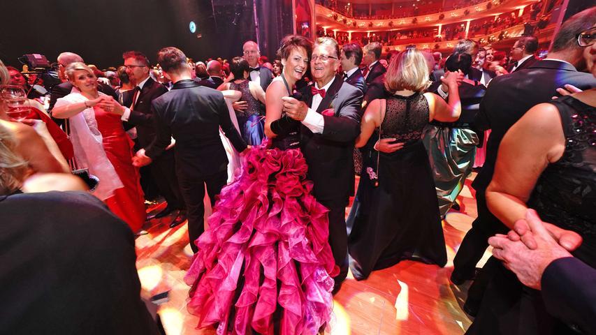 Opulent und schräg: Diese Roben trugen die Damen auf dem Opernball