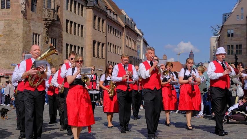 Stolze Pferde und etwas Samba: Umzug zum Altstadtfest begeistert
