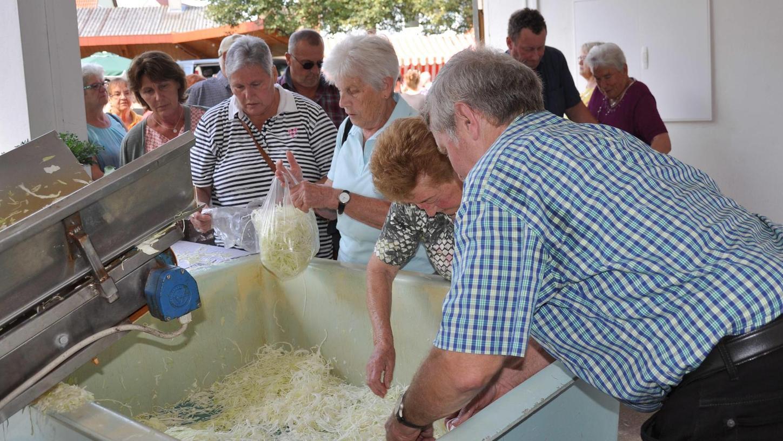 Seniorchef Hermann Reuter bediente selbst die Hobelmaschine, die Besucher holten sich das frische Kraut direkt aus dem Bottich.