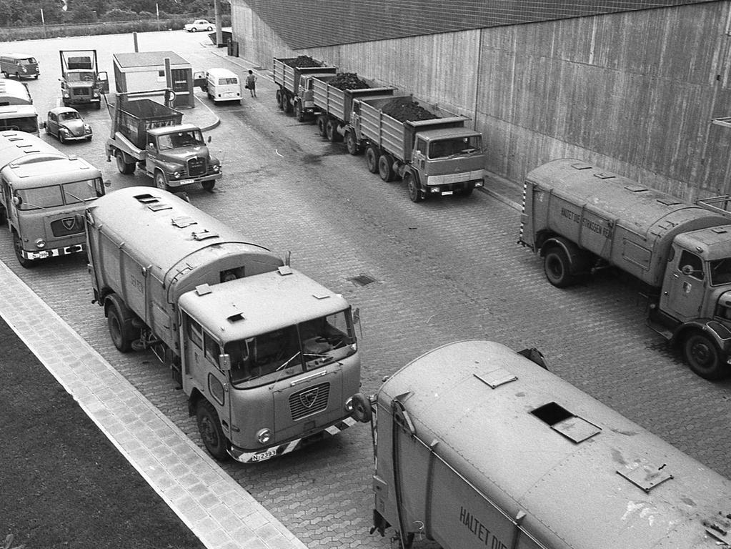 """36 Müllfahrzeuge standen """"tatenlos"""" – ihre Besatzung streikte – 40 Arbeiter des Fuhrparkes hatten solidarisch ihre Arbeit niedergelegt. Der Streik dauerte nur einen Vormittag. Ab 13 Uhr lief der Betrieb wieder."""