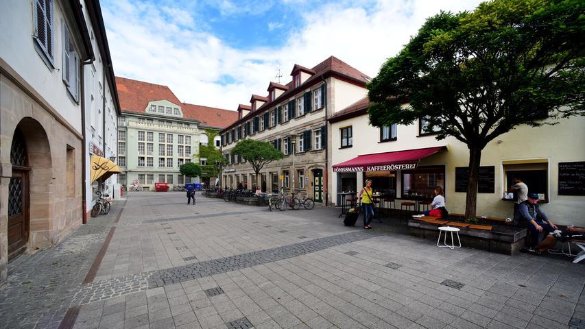 Blick durch die Weiße Herzstraße auf den Altbau der Universitäts-Bibliothek.