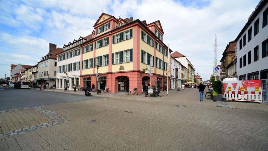 Über den Hugenottenplatz geht es Richtung Schloss- und Marktplatz.