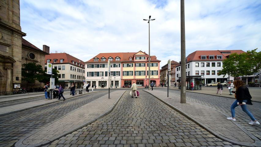 Verkehrsknotenpunkt: Am Hugenottenplatz fahren viele der Erlanger Stadtbusse ab. Bis zum Hauptbahnhof sind es nur ein paar Schritte.