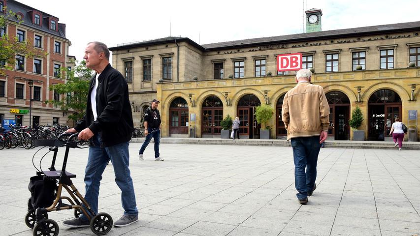Der Bahnhof wurd 1844 als einer der ersten der Ludwigs-Süd-Nord-Bahn nach Plänen des Architekten Eduard Rüber (1804–74) aus Sandstein errichtet. Vom ursprünglichen Bau sind heute nur noch Teile der Außenwände im Erdgeschoss der ehemaligen Flügelbauten mit ihren charakteristischen Rundbogenfenstern erhalten, die sich am südlich angrenzenden Nebengebäude wiederholen