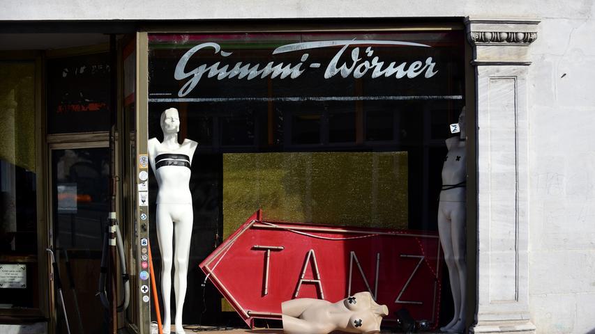 Einst ein bekanntes Geschäft, heute ein beliebter Club: Der Gummi Wörner  am Martin-Luther-Platz.