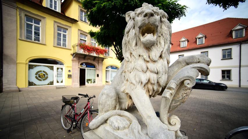 Der Löwe am Martin-Luther-Platz ist Teile des ehemaligen Kriegerdenkmals von 1890, das an die 16 gefallenen Erlanger Soldaten des Deutsch-Französischen Krieges von 1870/71 erinnerte.
