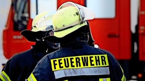 Opel droht nach Unfall bei Ermreuth Abhang hinabzustürzen