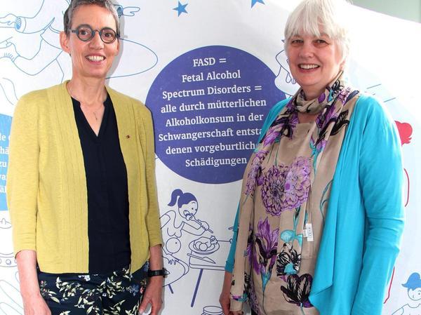 Heike Kramer und Gisela Bolbecher informieren über die Folgen von Alkohol in der Schwangerschaft.