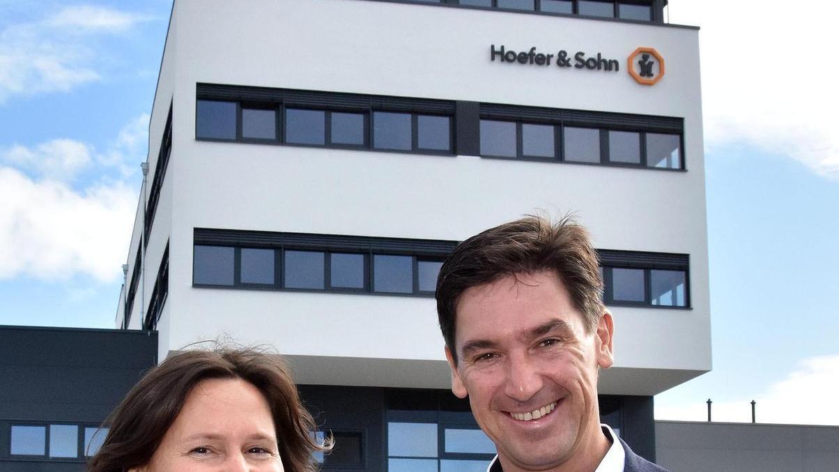 Familienunternehmen in fünfter Generation: Die Geschäftsführer Martina und Christoph Badock stoßen bei der Einweihungsfeier vor dem neuen Komplex an.