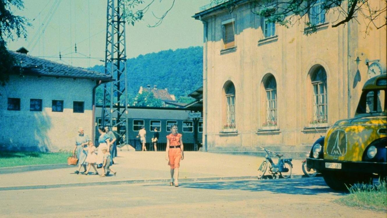 Fahrgäste verlassen den Treuchtlinger Bahnhof, vermutlich in den 1970er Jahren. Zu dieser Zeit war die Bahn noch der mit Abstand größte Arbeitgeber der Stadt. Mehr als 120 Reisezüge hielten damals täglich, Dutzende Tonnen Fracht wurden verladen.