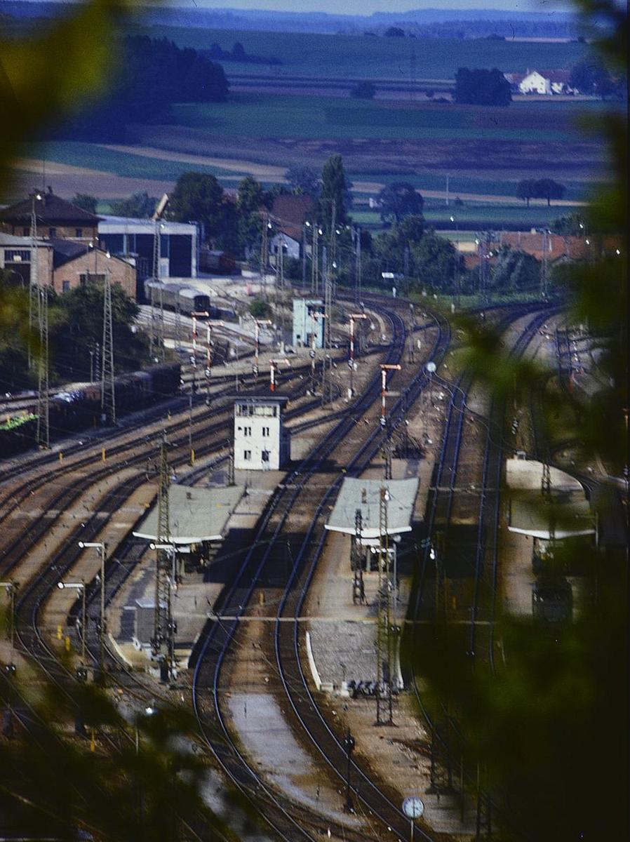 Der Treuchtlinger Bahnhof mit Bahnbetriebswerk (hinten links), davor dem für das Betriebswerk zuständigen Stellwerk (einem von insgesamt fünf) und in der Bildmitte der Befehlsstelle - vermutlich Anfang/Mitte der 1970er Jahre.