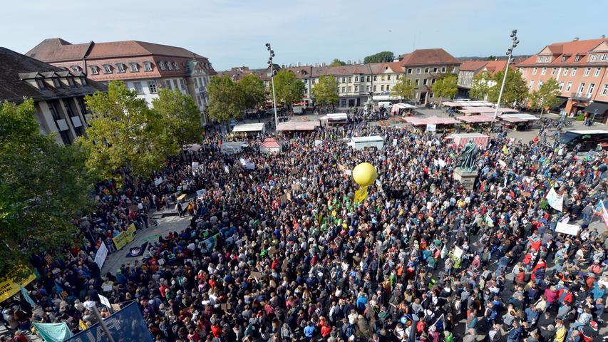 Auch in Erlangen wird für das Klima gestreikt. Zu Tausenden trafen sich Schüler und Bürger auf dem Schlossplatz, um mit Fridday for Future für das Klima zu streiken und zu demonstrieren. Nach der Auftaktkundgebung auf dem Schlossplatz wand sich der Demozug durch die Stadt. Der Zug der Demonstranten war die zahlenmäßig größte Demonstation seit Jahrzehnten, wenn nicht gar die größte in Erlangen bisher.
