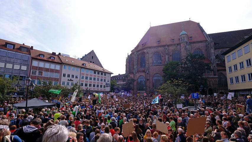 Etwa 8000 Teilnehmer waren bei der Fridays-for-Future-Demo in Nürnberg dabei. Autofahrer brauchten hier viel Geduld. Die Demonstranten zogen unter anderem über den Rathenauplatz und sorgten so zeitweise für Stau und stockenden Verkehr.