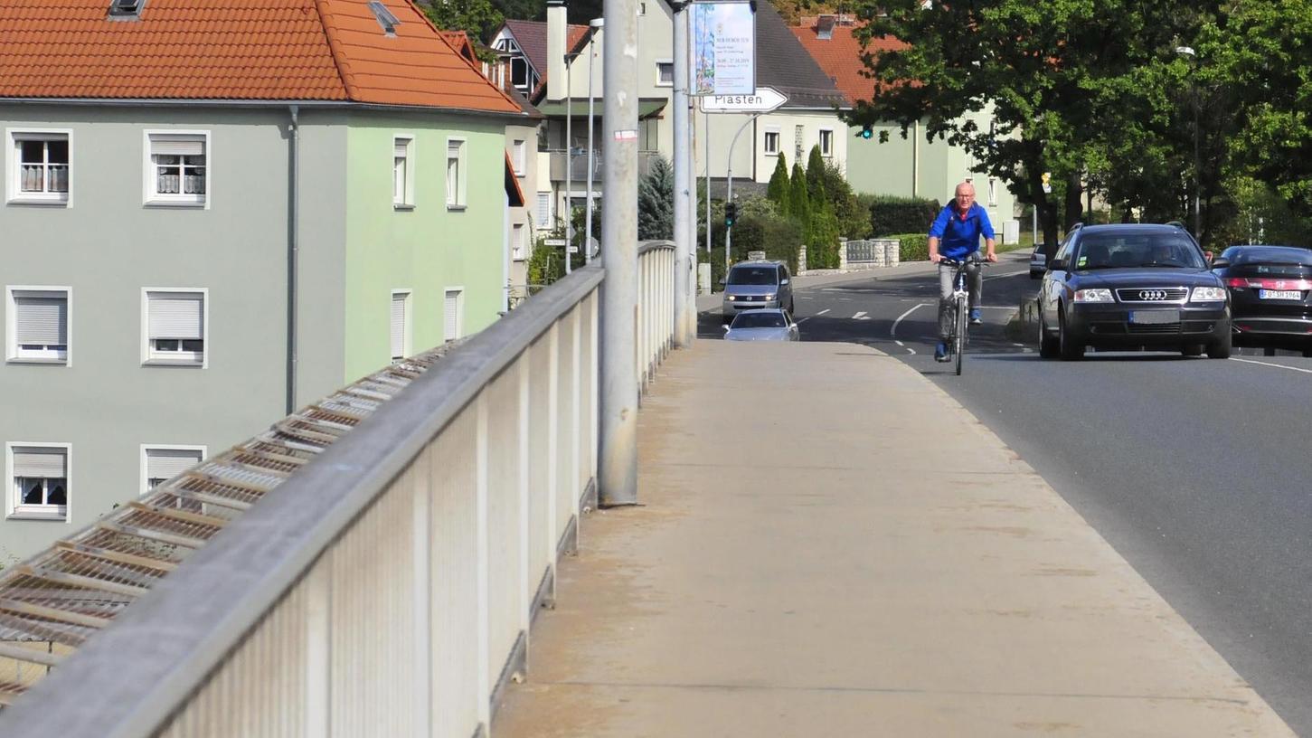 Auf der Piastenbrücke herrscht Überholverbot. Hielten sich die Autofahrer daran, könnten auch Radler sicherer die Fahrbahn benutzen.