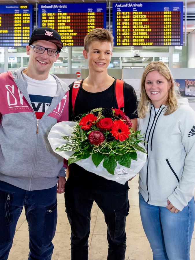 Taliso Engel bei seinem Empfang am Nürnberger Flughafen.Trainer Jochen Stettina und dessen Lebensgefährtin gratulieren.
