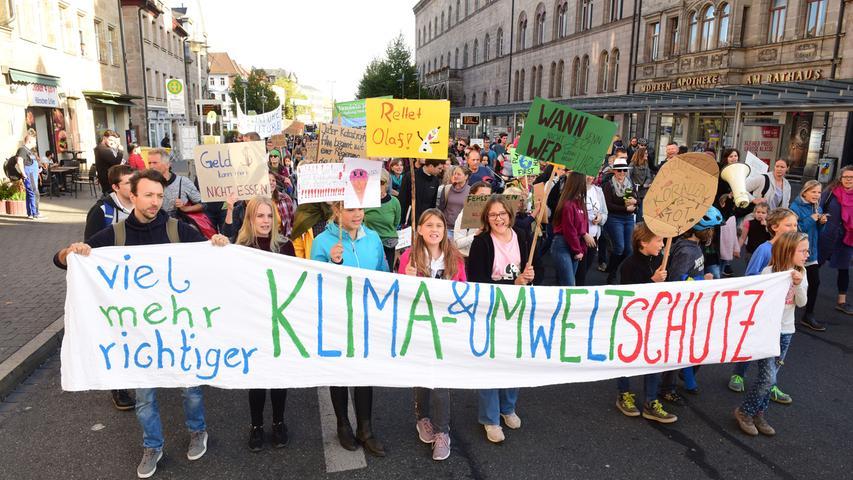 Mehr als 2000 Menschen sind am Freitagnachmittag im Rahmen des globalen Klimastreiks in Fürth auf die Straße gegangen. Mit bunten Schildern und Transparenten machten sie auf die Folgen des Klimawandels aufmerksam. Die Menge zog vom Dreiherrenbrunnen am Rathaus vorbei bis zum Grünen Markt.