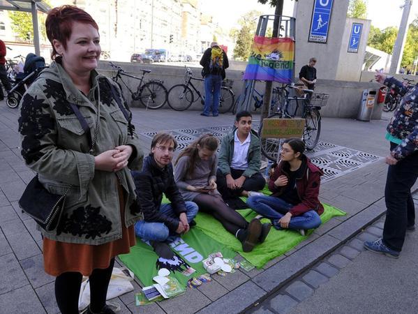 """Auch die Grünen-OB-Kandidatin Verena Osgyan (li.) schaute im Laufe des gestrigen Nachmittags bei der """"Parking Day""""-Aktion am Friedrich-Ebert-Platz vorbei."""