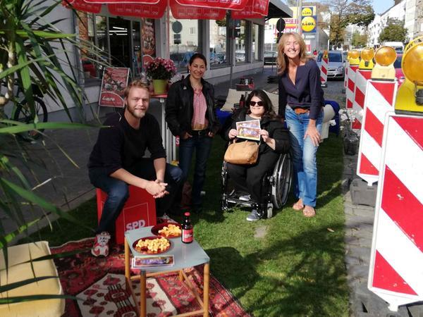 Die Gostenhofer SPD machte es sich zum Parking Day auf dem Rollrasen an der Oberen Kanalstraße bequem. Mit Passanten sprachen (v. li.) Paul Kaltenegger, Dionisa Vlachou, Yasemin Yilmaz und Barbara Münzel.