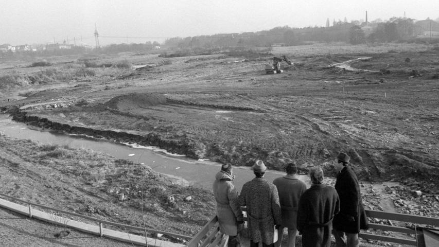 Wie weit die Rodungsarbeiten Ende 1969 bereits vorangekommen sind, zeigt dieser Blick vom neuen Talübergang nach Osten in den Pegnitzgrund.