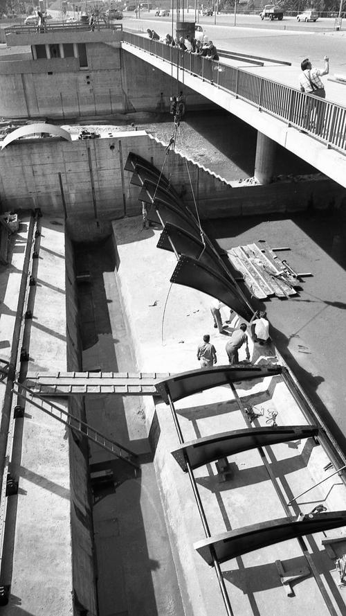 Mitte Mai 1969 begann die Montage der ersten 22,5 Meter breiten Hälfte der Wehrkonstruktion am Wöhrder Talübergang.