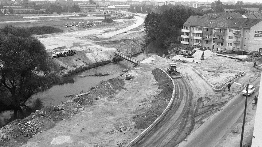 Hier ist noch der Nordarm der Pegnitz zu sehen, über den ein Holzsteg führt. Nach der Umleitung der Pegnitz in den Wöhrder See wurde er aufgefüllt und die Straße darüber gebaut.