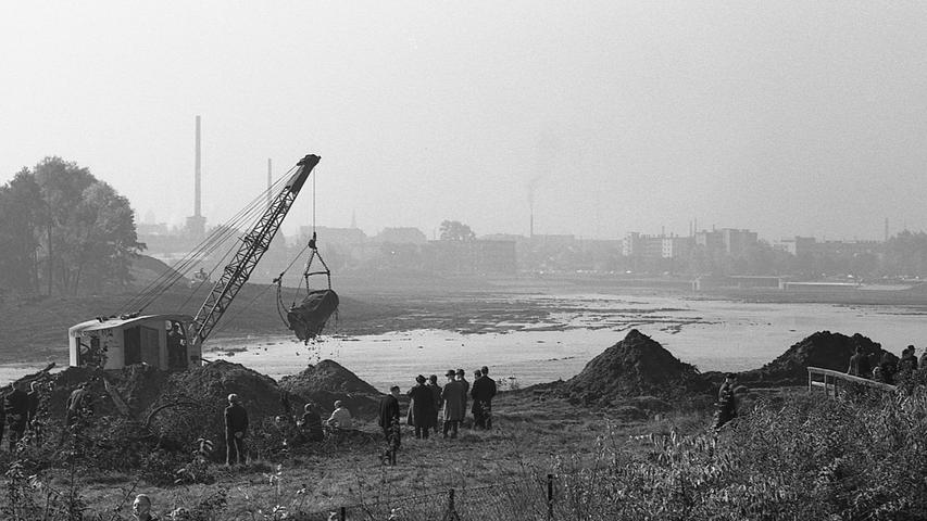 Am 14. Oktober 1969 war es so weit: Ein Bagger entfernte den Damm zwischen der Pegnitz und dem ausgehobenen Seeboden.