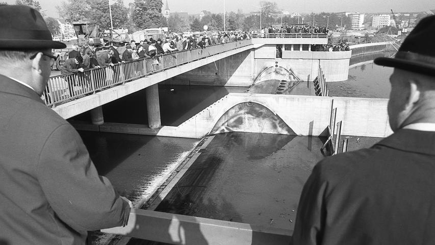 Das Wehr war - kurz vor dem Durchstich des Pegnitzdamms - während eines Festakts feierlich geschlossen worden. Der Entstehung von Nürnbergs neuestem Gewässer stand somit nichts mehr im Weg. Dieser erste Bauabschnitt des Wöhrder Sees hatte drei Millionen D-Mark gekostet. Die Stadt beteiligte sich daran mit 42,5 Prozent.
