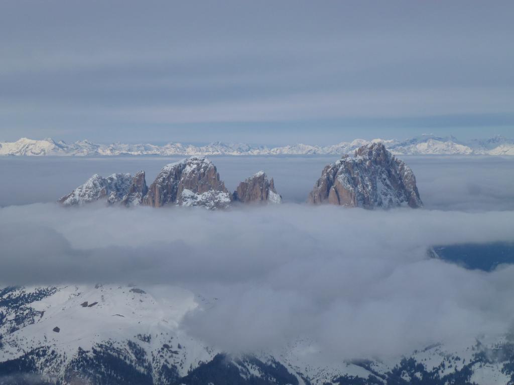 Rund um Sella und den Langkofel, der sich hier mit Wolkenschürze zeigt. Das Grödner Tal bietet fast unbegrenzten Ski-Spaß im größten zusammenhängenden Skigebiet der Welt.