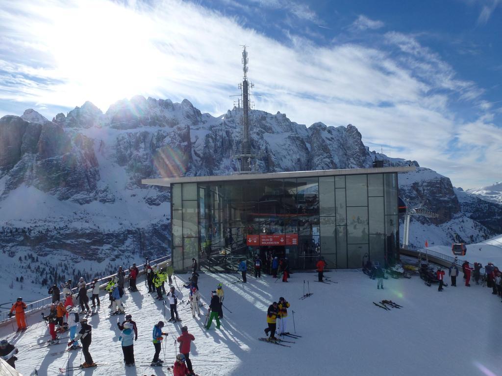 Rund um Sella und den Langkofel. Das Grödner Tal bietet fast unbegrenzten Ski-Spaß im größten zusammenhängenden Skigebiet der Welt. Die Bergstation der Dantercepies-Bahn.
