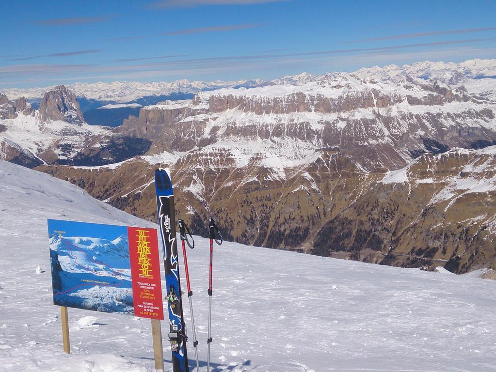 Rund um Sella (im Hintergrund)  und den Langkofel. Das Grödner Tal bietet fast unbegrenzten Ski-Spaß im größten zusammenhängenden Skigebiet der Welt.