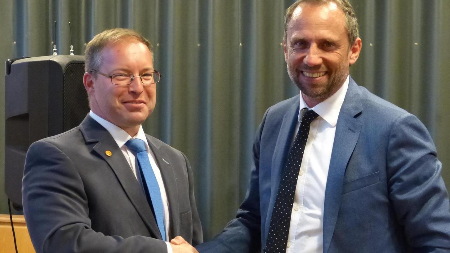 Thorsten Glauber (re.), Umweltminister aus Pinzberg, gratulierte Peter Münch zu seiner Nominierung.
