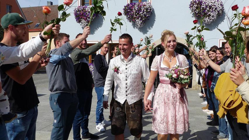 Mit ihren Familien sind Lisa-Marie Ginzkey aus Erasbach und Julian Eichinger aus Großberghausen ins Freystädter Rathaus gekommen, wo Bürgermeister Alexander Dorr die Brautleute getraut hat. Nach dem Festakt grüßten die Arbeitskollegen der Braut von der Töginger Firma Spangler und des Bräutigams von der Firma Huber in Berching-Erasbach sowie jede Menge Freunde und Nachbarn mit einem langen Spalier, überreichten Blumen und Geschenke. Im Anschluss stießen die Frischvermählten mit ihren Gratulanten auf dem Rathausvorplatz auf eine glückliche Zukunft an. Die Hochzeitsfeier fand im kleinen Rahmen im Restaurant Franziskus in Freystadt statt. Die 23-jährige Bürokauffrau und der vier Jahre ältere Metallbauer lernten sich vor über sechs Jahren auf einer Geburtstagsfeier bei Freunden kennen und wohnen in Großberghausen. Auch die Hochzeitsreise auf die Malediven ist bereits gebucht.