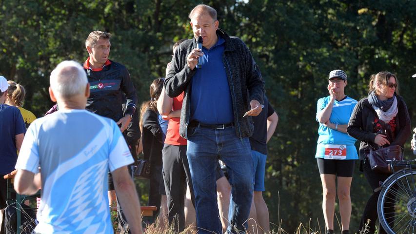 Möhrendorfer Karpfenweiherlauf. BM Thomas Fischer zählt den Start.Foto: Klaus-Dieter Schreiter