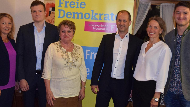 Die Spitzenkandidaten der FDP für Kreistag und Neumarkter Stadtrat (v.li.): Silvia Burger-Sippl, Sascha Renner, Helga Hoerkens, Peter Fuhrmann, Ira Hörndler und Nils Gründer.