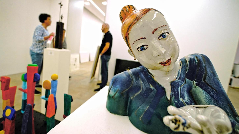 """Drei auf einen Streich: Sigrid Freys Frauenfigur """"Rette mich o Mensch"""" und Ulla Schoedels """"Kleiner Spieltisch"""" (links) sowie Gabriele Breuers """"Brückenstele"""" (hinten) gehören zu den Objekten in der Ausstellung."""