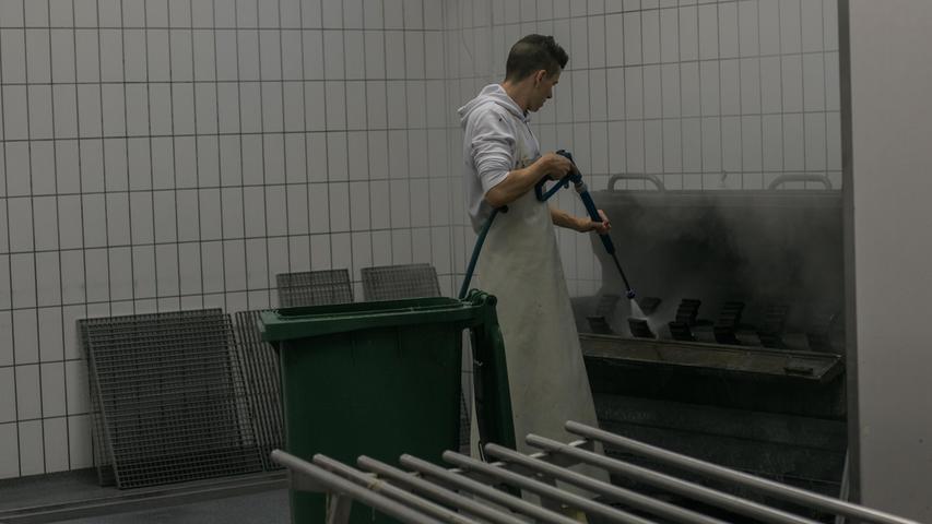Zum Schluss heißt es putzen bis alles wieder glänzt. In der folgenden Bildergalerie sehen Sie den Weg vom Schlachtfleisch zur fertigen Wurst.