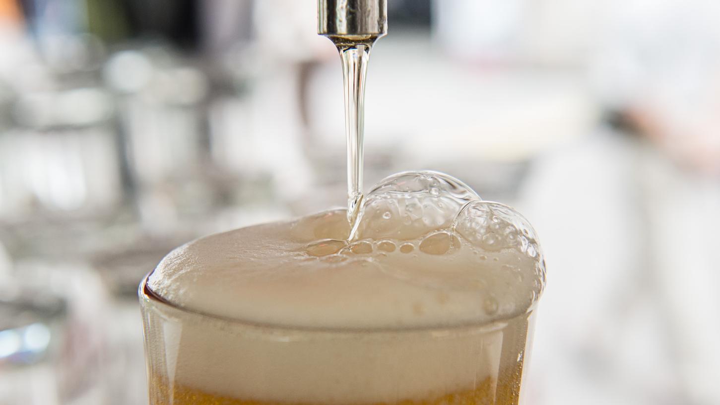 ARCHIV - 04.08.2016, Berlin: Bier läuft in ein Glas. Ausgerechnet im Land des Reinheitsgebots gibt es jetzt Bier aus Abwasser. (zu