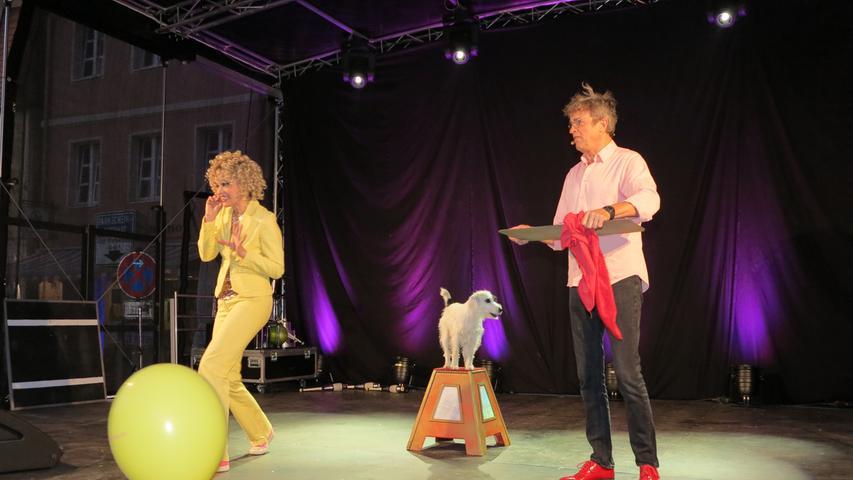 Artistik und Comedy sah das Abendprogramm beim Gunzenhäuser Kulturherbst in der Innenstadt vor, verschiedene Varieté-Künstler traten auf der Sparkassenbühne auf.