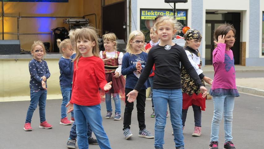 Vor der Raiffeisenbank-Bühne zeigten die Mitglieder der Tanzschule Meyerhöfer & Bernhard aus Gunzenhausen, was sie drauf haben.