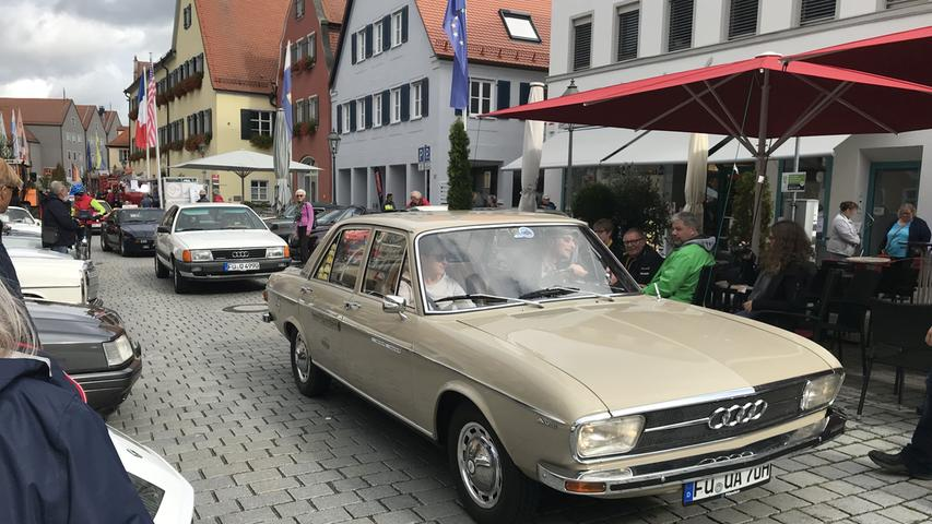 Am Vormittag war der Gunzenhäuser Marktplatz beim Kulturherbst fest in motorisierter Hand: Dort gab es im Rahmen der Klassikertage Oldtimer zu sehen, zudem wurden die Teilnehmer der Rallye Altmühlfranken vorgestellt.