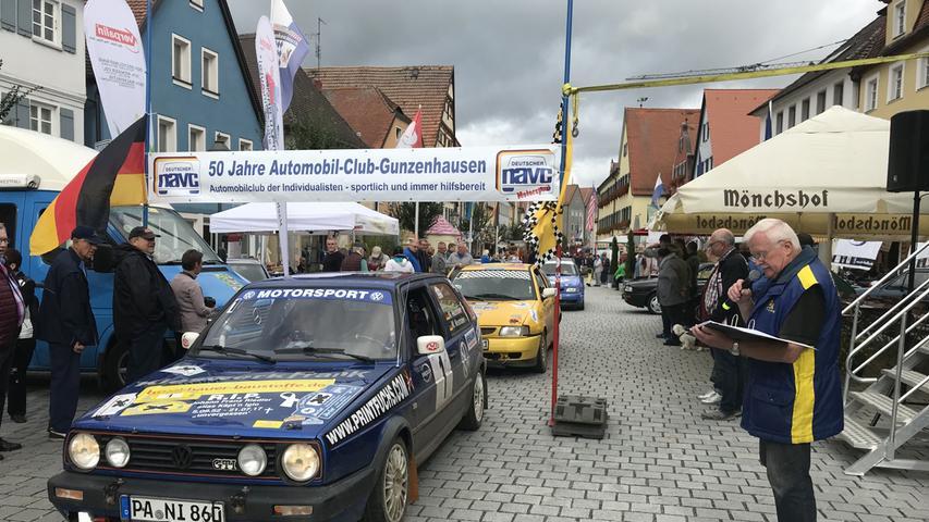 Am Vormittag war der Gunzenhäuser Marktplatz beim Kulturherbst fest in motorisierter Hand: Dort gab es im Rahmen der Klassikertage Oldtimer zu sehen, zudem stellte Georg Schwarz (rechts) die Teilnehmer der Rallye Altmühlfranken vor.