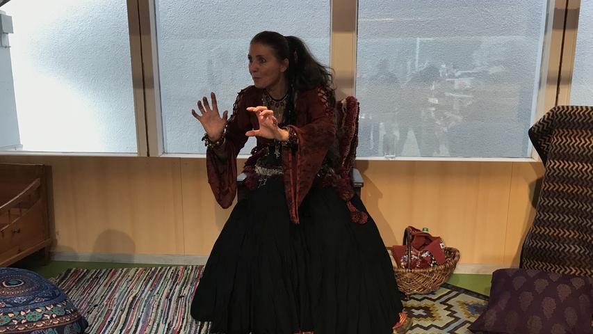 Die Märchenerzählerin Lara Krämer aus der Nähe von Bopfingen unterhielt im Bekleidungshaus G&B den Nachwuchs mit spannenden Geschichten.