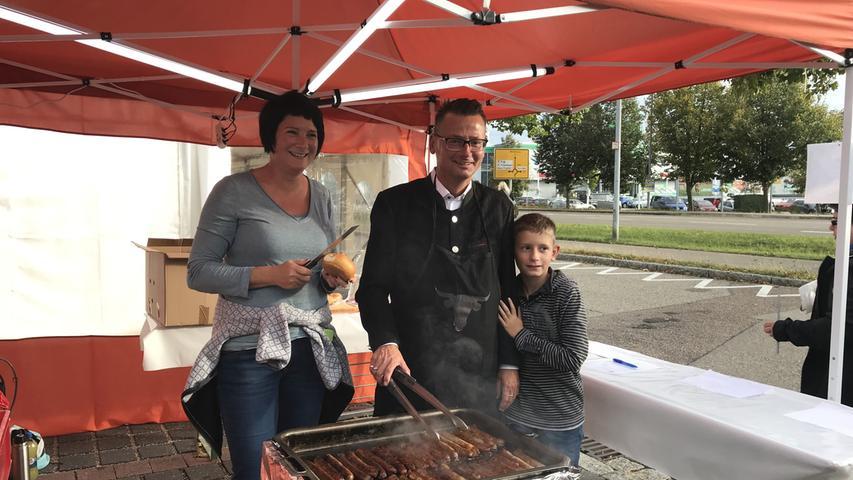 Auch 2. Bürgermeister Hans-Peter Neumann und seine Familie legten beim Kulturherbst mit Hand an. Das Grillteam der Kulturmacherei versorgte die Besucher in der Weißenburger Straße mit Bratwurstsemmeln.