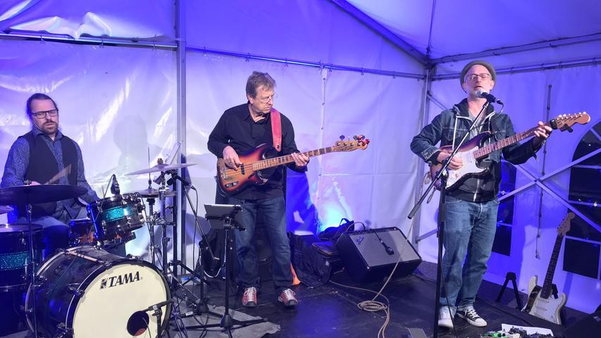 Die Kulturmacherei hatte Peter Pelzner & the Burning Hearts in die Altmühlstadt geholt, sie setzten im Zelt in der Weißenburger Straße ein rockiges Glanzlicht.
